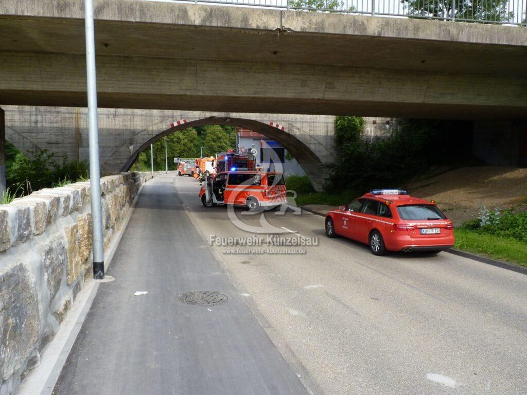 Mit Feuerwehrfahrzeugen wird die Straße gesperrt