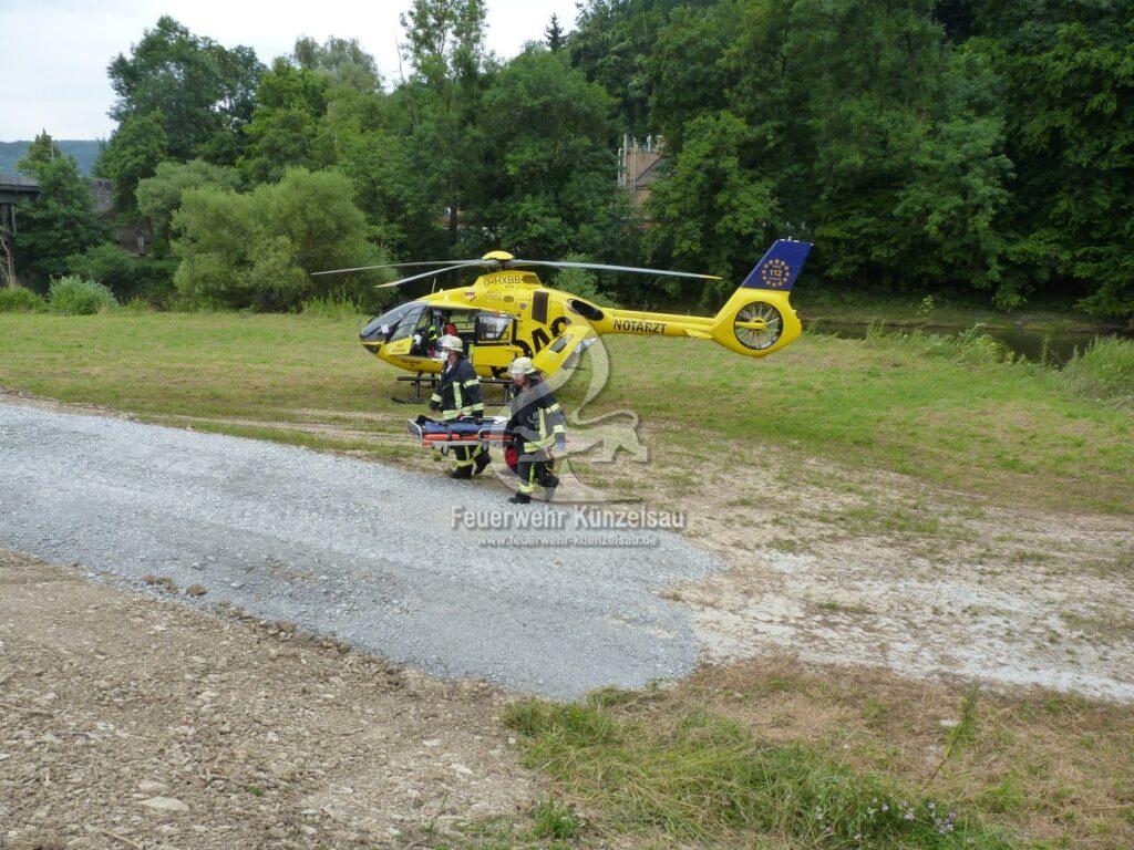 Einsatzkräfte beim ausladen der Hubschraubertrage