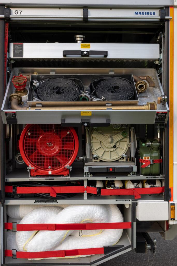 RW Geräteraum G7 mit geöffneter unterer Schublade (Fahrerseite)