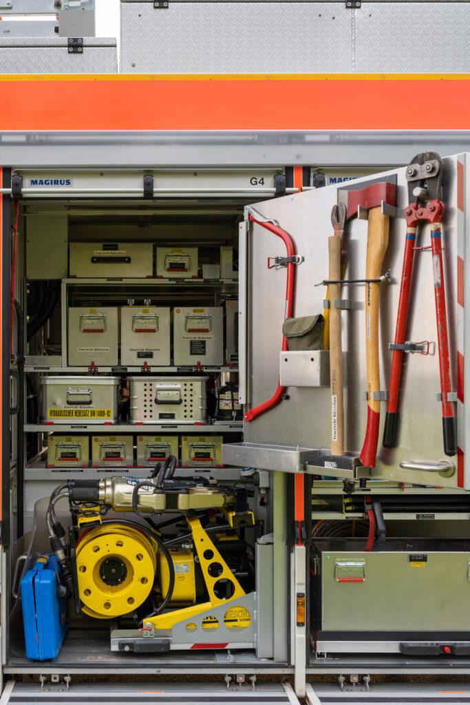 RW Geräteraum G4 mit geöffneter Tür (Beifahrerseite)