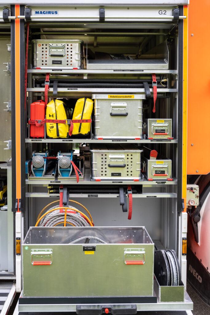 RW Geräteraum G2 mit ausgezogener Schublade (Beifahrerseite)